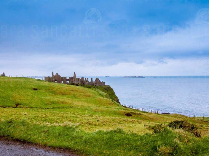 Vista sul mare dalle rovine del castello medievale Dunluce, situato sul bordo di un affioramento di basalto nella contea di Antrim in Irlanda del Nord © Sara Sangalli