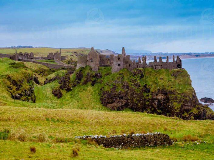 Le rovine del castello medievale Dunluce, che si trova sul bordo di un affioramento di basalto nella contea di Antrim in Irlanda del Nord © Sara Sangalli