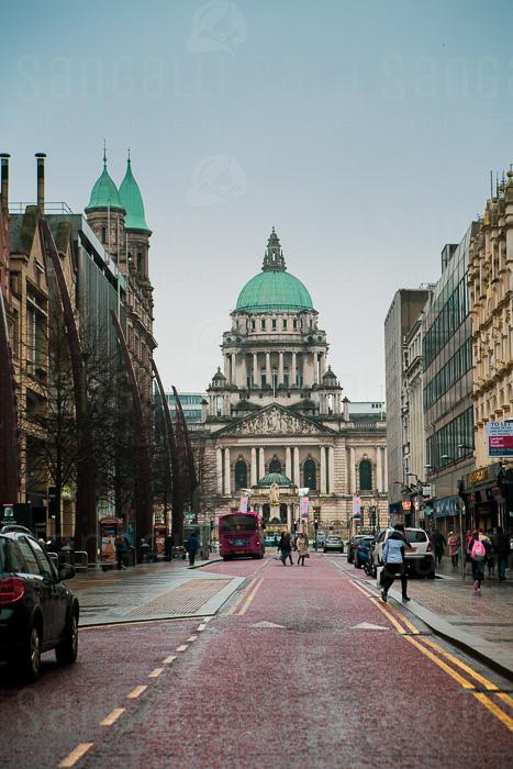 Facciata frontale del municipio di Belfast, vista da Donegal Place, via dello shopping © Sara Sangalli