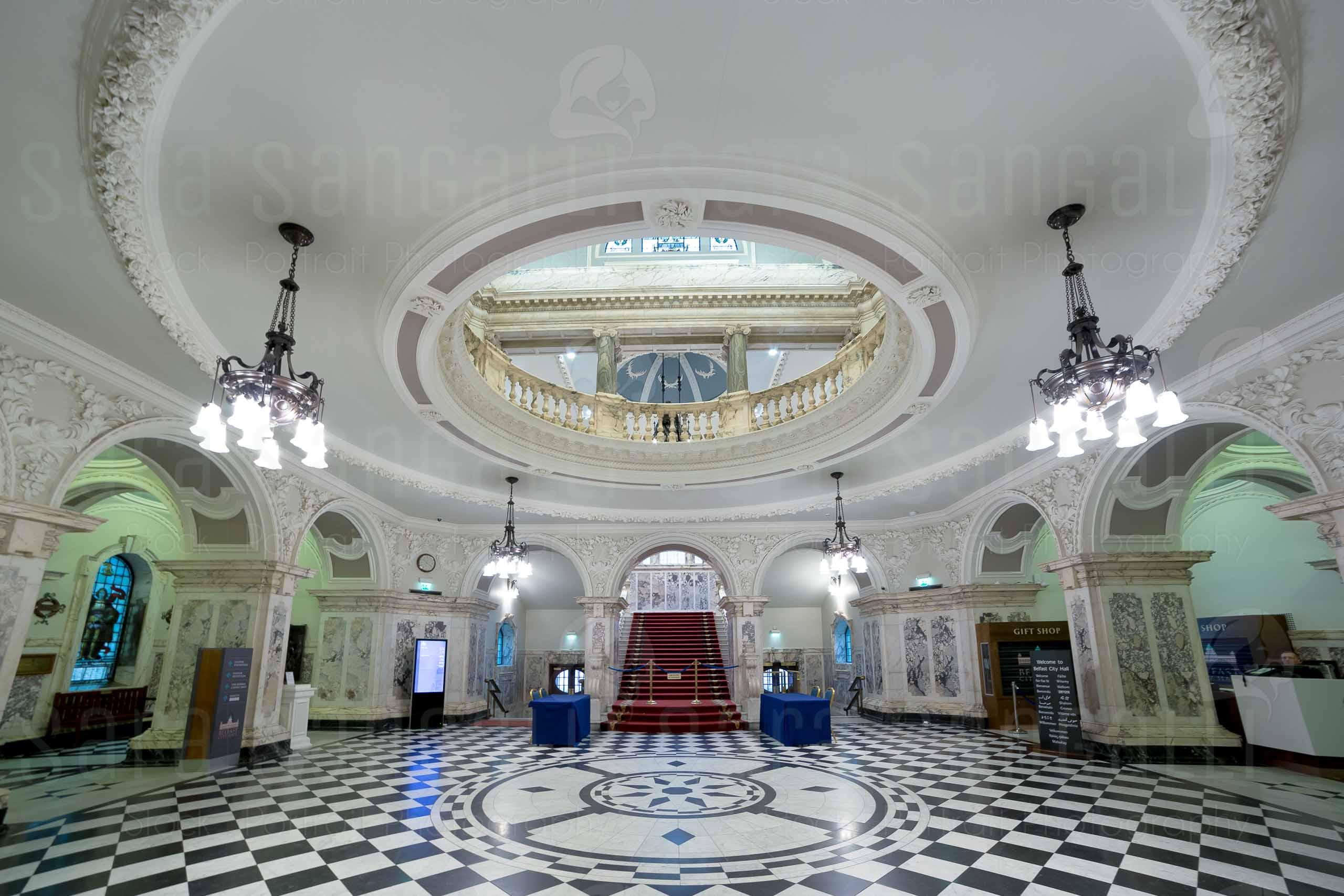 Gli interni del municipio di Belfast, dettaglio della scala centrale. Situato in piazza Donegall. La costruzione iniziò nel 1898 e fu completata nel 1906