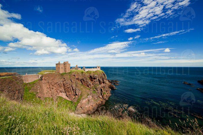 Castello di Dunnottar in Scozia, Regno Unito, Vista della costa e delle rovine del Castello