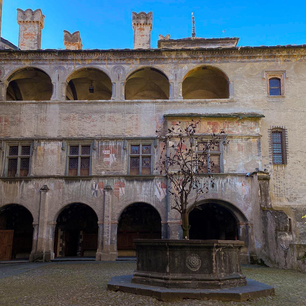 Il cortile all'ingresso del Castello di Issogne