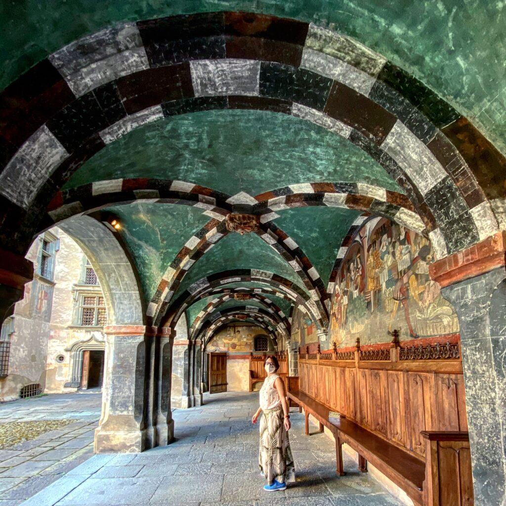 Un portico decorato cn affreschi del Castello di Issogne