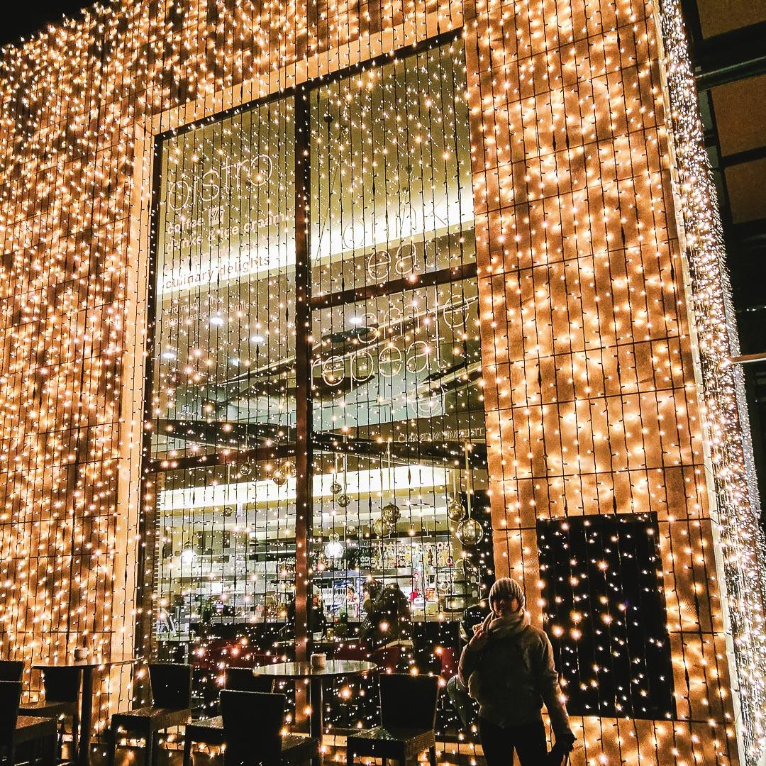 Esterno addobbato con luci natalizie delle Terme di Merano/ © Sara Sangalli